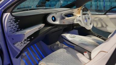 未来型AI自動車「LQ」の車内